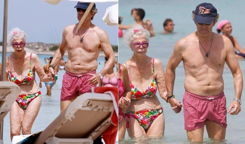Com biquíni estampado, duquesa de Alba toma banho de mar ao lado do marido (20/8/12)