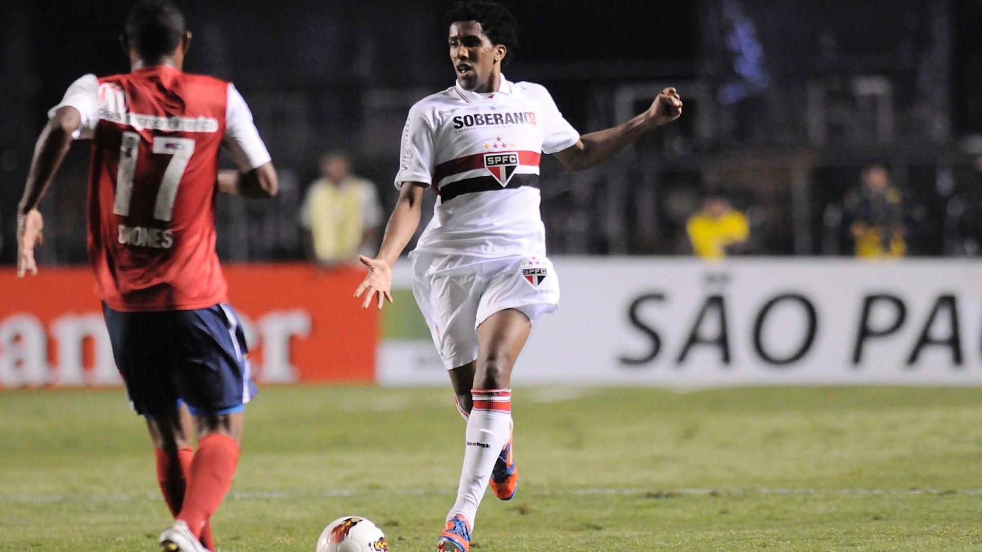 Cortez tenta dominar a bola e levar o São Paulo ao ataque contra o Bahia