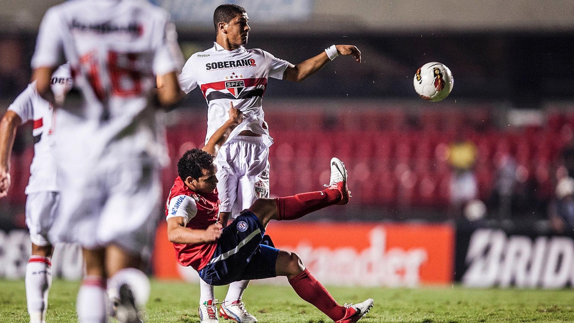 Denilson disputa jogada com atleta do Bahia em lance de jogo pela Copa Sul-Americana