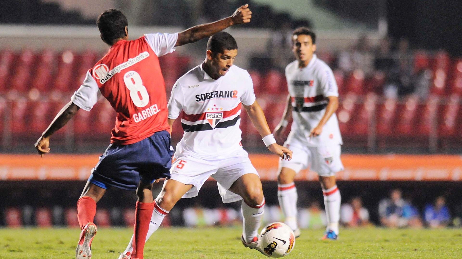 Denilson tenta se livrar da marcação de Gabriel em lance da partida entre São Paulo e Bahia