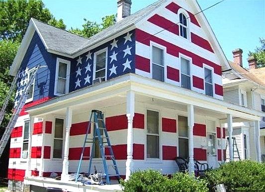 Este americano é tão, tão patriota que decidiu pintar logo a casa inteira com as cores da bandeira dos Estados Unidos