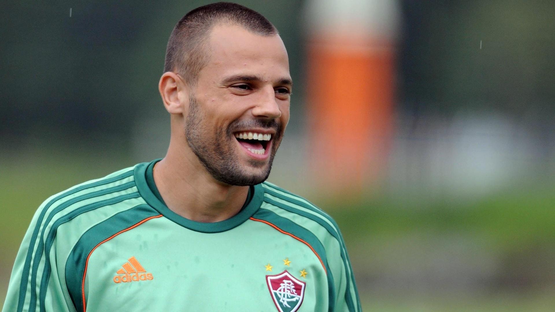Goleiro Diego Cavalieri é fotografado em momento de descontração do treino do Fluminense (18/01//2012)