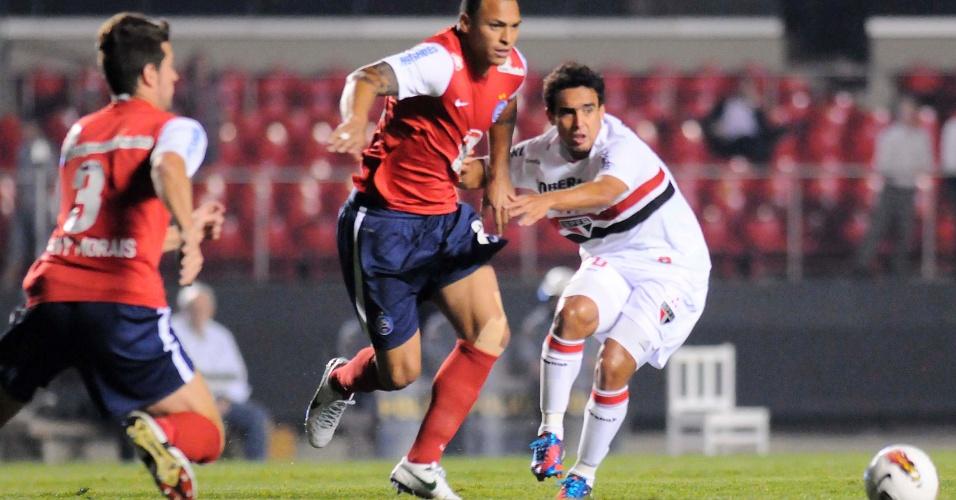 Jadson tenta se livrar de marcador em lance do jogo entre São Paulo e Bahia pela Copa Sul-Americana