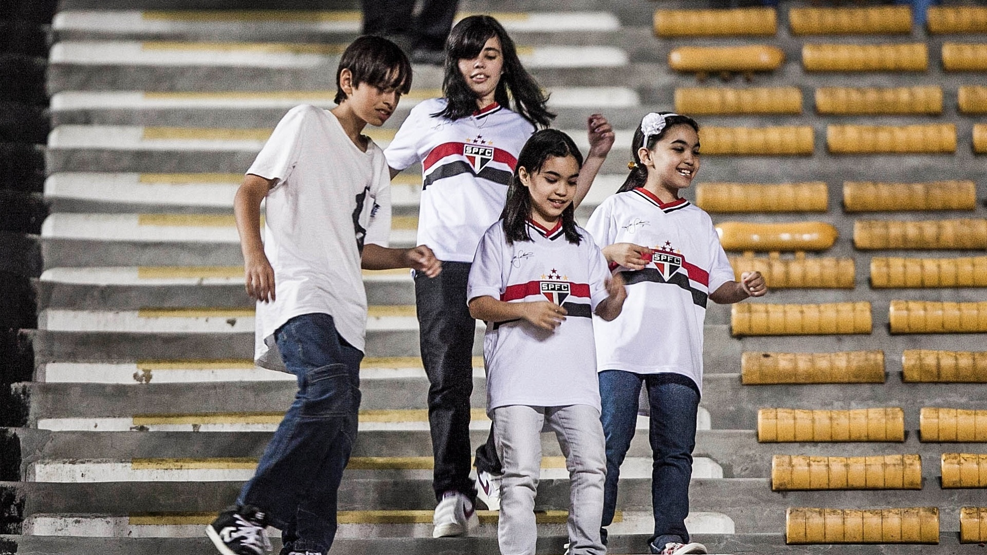 Jovens torcedores do São Paulo caminham pelas arquibancadas do estádio do Morumbi antes do jogo contra o Bahia