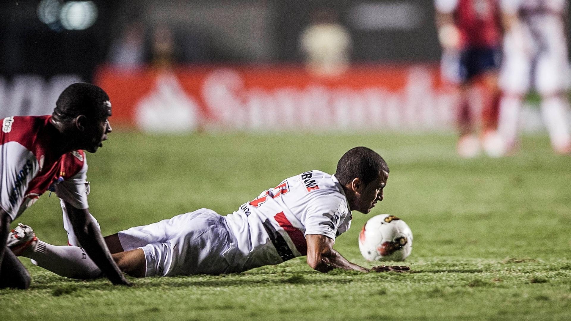Lucas fica no chão após sofrer falta de jogador do Bahia
