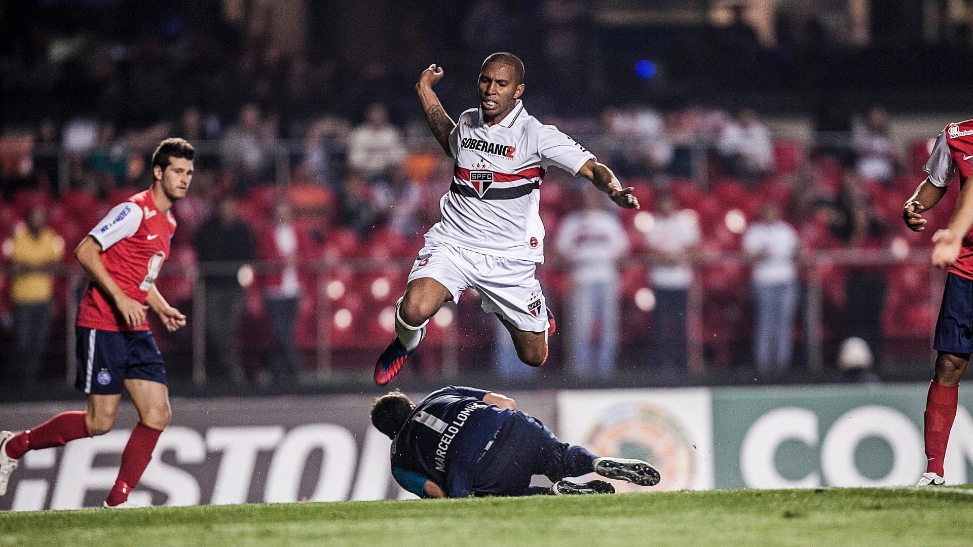 Marcelo Lomba sai do gol e fica com a bola, obrigando Paulo Miranda a saltar para evitar o choque com o goleiro do Bahia