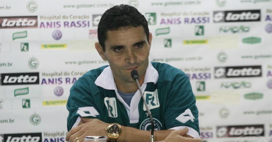 Meia Caio concede entrevista coletiva durante sua apresentação como jogador do Goiás