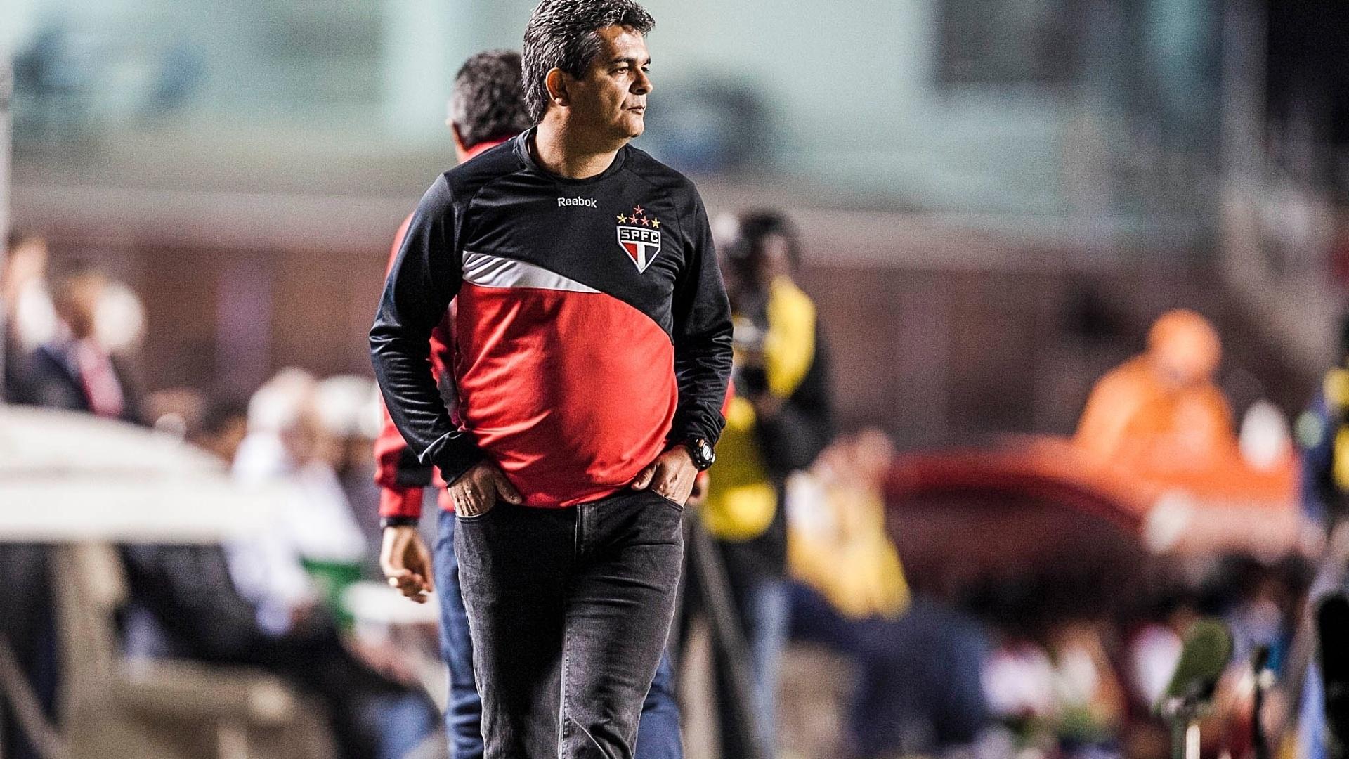 Ney Franco, técnico do São Paulo, observa os jogadores da equipe durante partida contra o Bahia