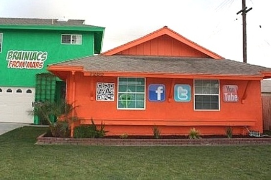 Que tal transformar sua casa num outdoor inusitado? Parece que foi isso que este proprietário fez pintando a fachada com logos das principais redes sociais