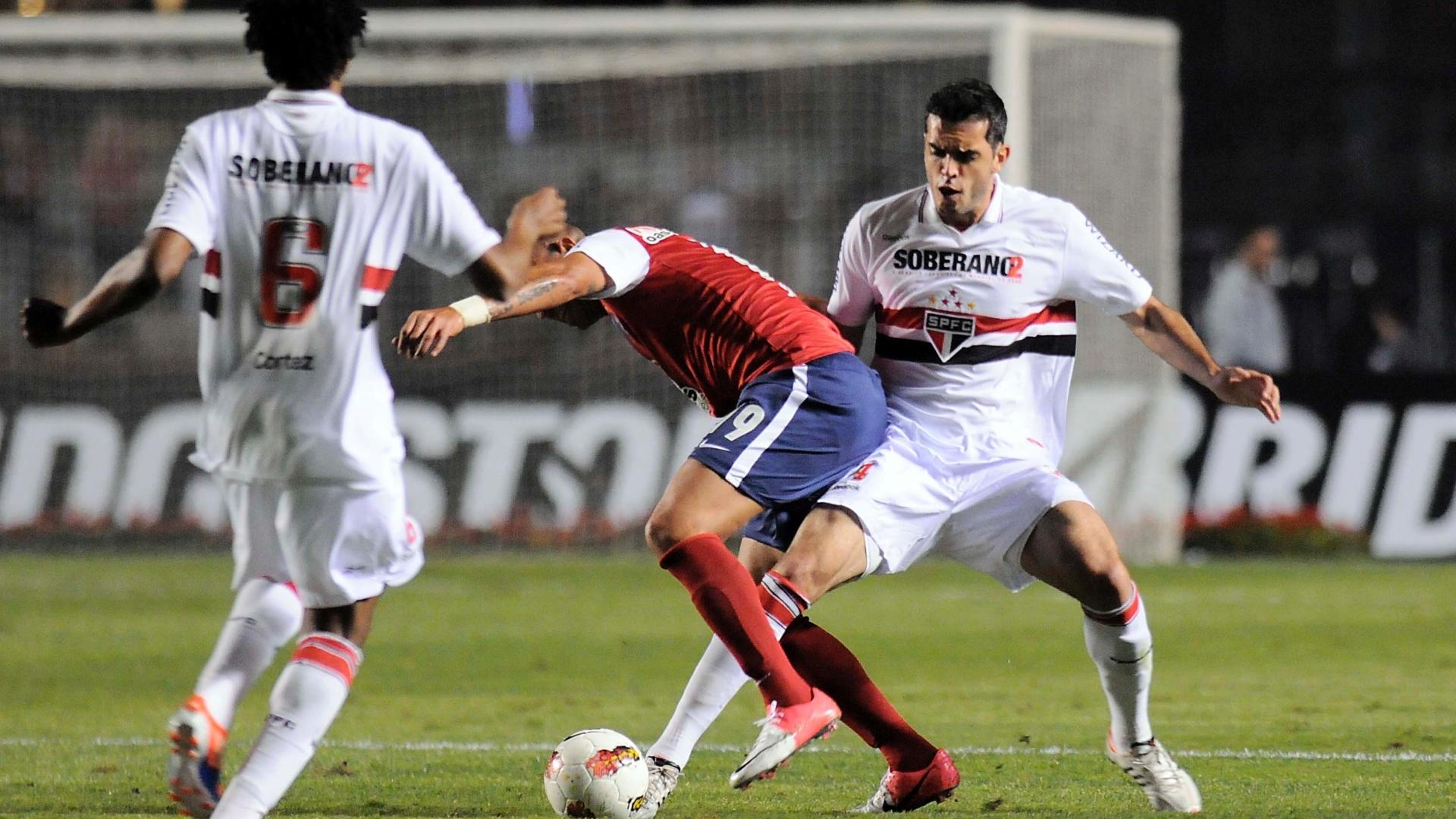Rhodolfo, do São Paulo, tenta desarmar o atacante Júnior, do Bahia, durante a partida pela Copa Sul-Americana