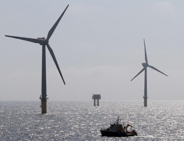 20.ago.2012 -  Engenheiros visitam a plataforma marítima FINO1, que funciona como um centro de pesquisas de energia eólica da fazenda Alpha Ventus, no norte da Alemanha