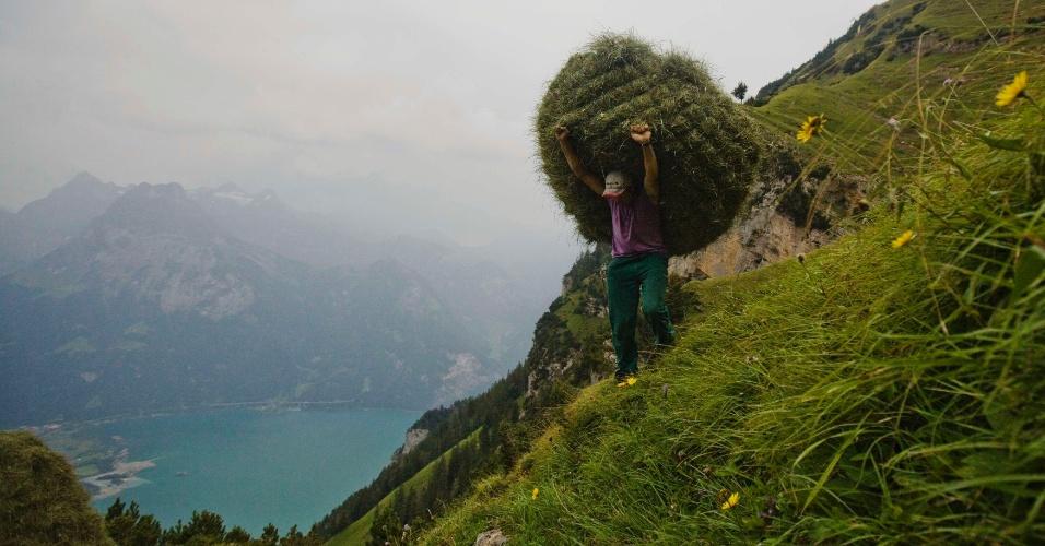 20.ago.2012 - O suíço Kari Gisler carrega um pacote de feno que ele retirou do alto da montanha Rophaien, que fica em Flueelen, vilarejo a 75 quilômetros de Zurique, capital do país. Há dois séculos, suíços mantêm o costume de escalam morros entre julho e setembro para praticar o que eles chamam de ?fenação selvagem?