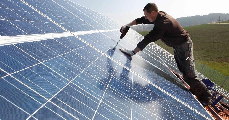 21.ago.2012 - Funcionário monta um painel solar de 320 metros quadrados sobre o teto do celeiro de uma fazenda em Binsham, no sul da Alemanha. As pessoas começam a investir em soluções mais sustentáveis, após a chanceler Angela Merkel anunciar, no começo do ano, um plano de redução de energia e que o governo vai desligar todas as suas usinas nucleares em um prazo de até dez anos