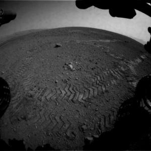 Curiosity deixa marcas de pneu no solo de Marte após andar os seus primeiros 4,5 metros - Nasa/JPL-Caltech/Handout/AFP
