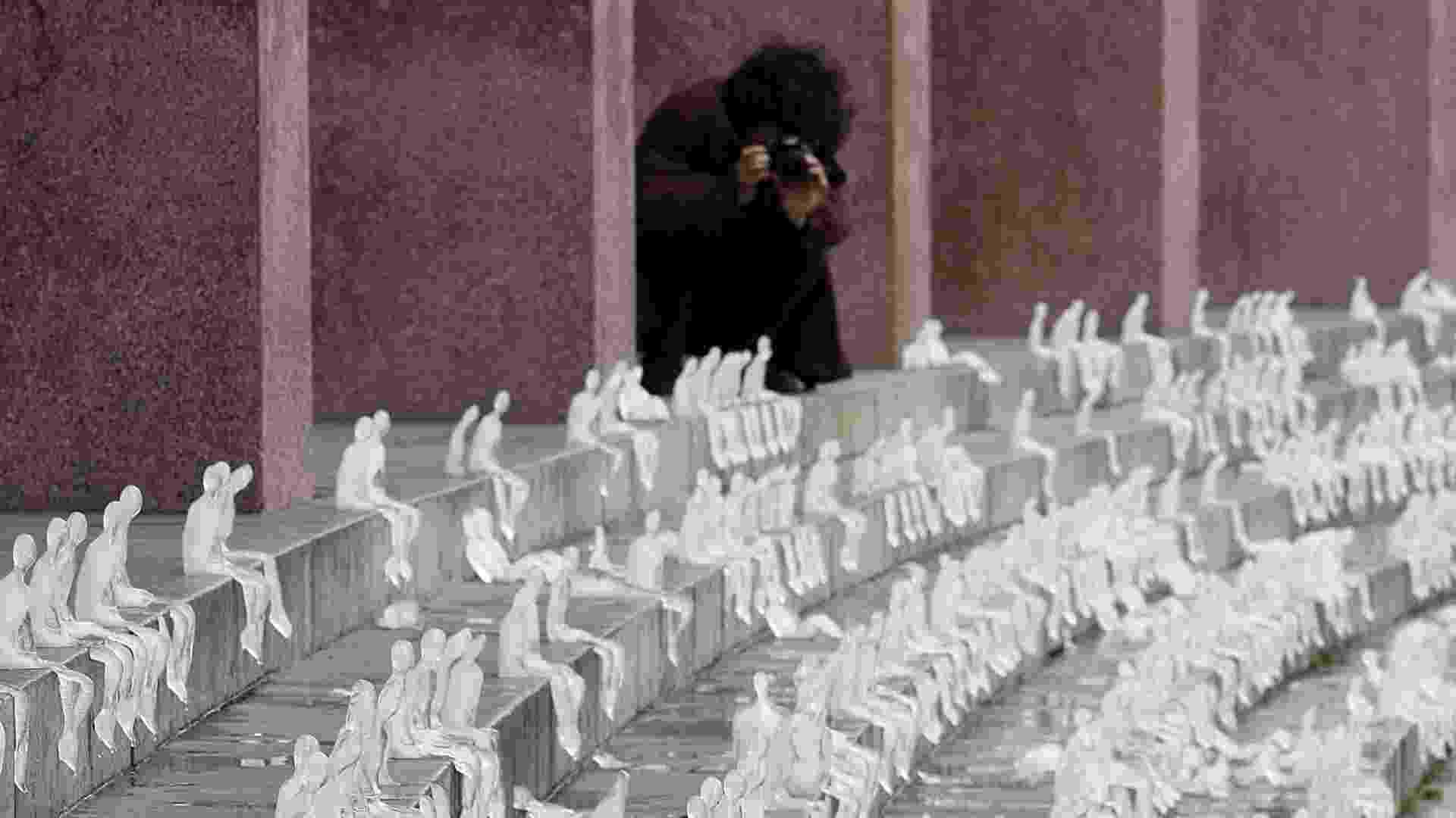 A artista plástica e arquiteta brasileira Nele Azevedo instala mil figuras de gelo em frente da Universidade do Chile para alertar sobre as consequências do aquecimento global (22/8/2012)  - EFE/Mario Ruiz