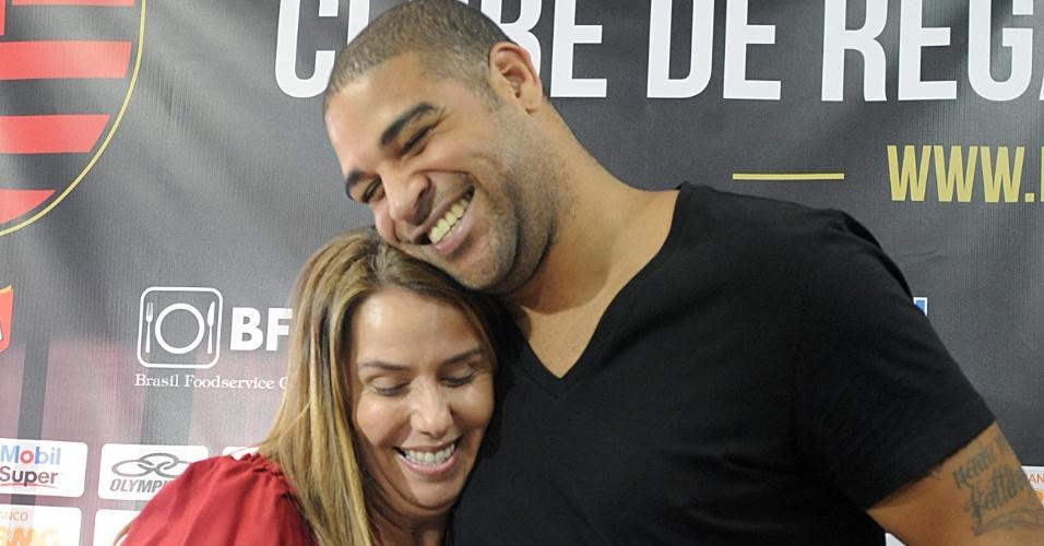 Adriano e a presidente do Flamengo Patrícia Amorim se abraçam na apresentação do jogador