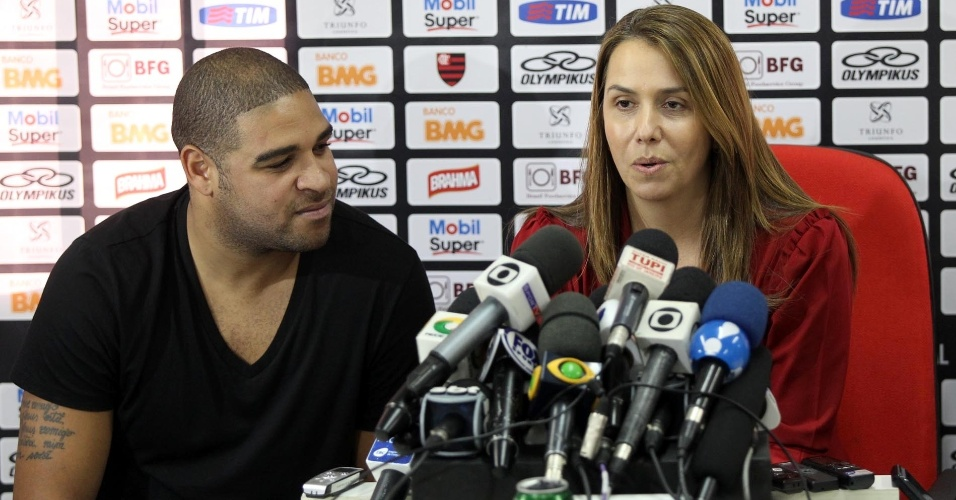 Adriano e a presidente Patrícia Amorim em coletiva na apresentação do atacante