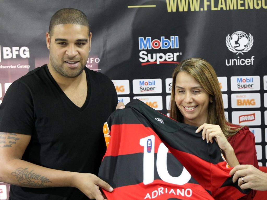 Adriano e a presidente Patrícia Amorim seguram a futura camisa do atacante  no Flamengo 9c2dd6087adcb