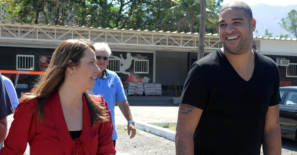 Adriano e Patrícia Amorim chegam para coletiva de anúncio da contratação do atacante