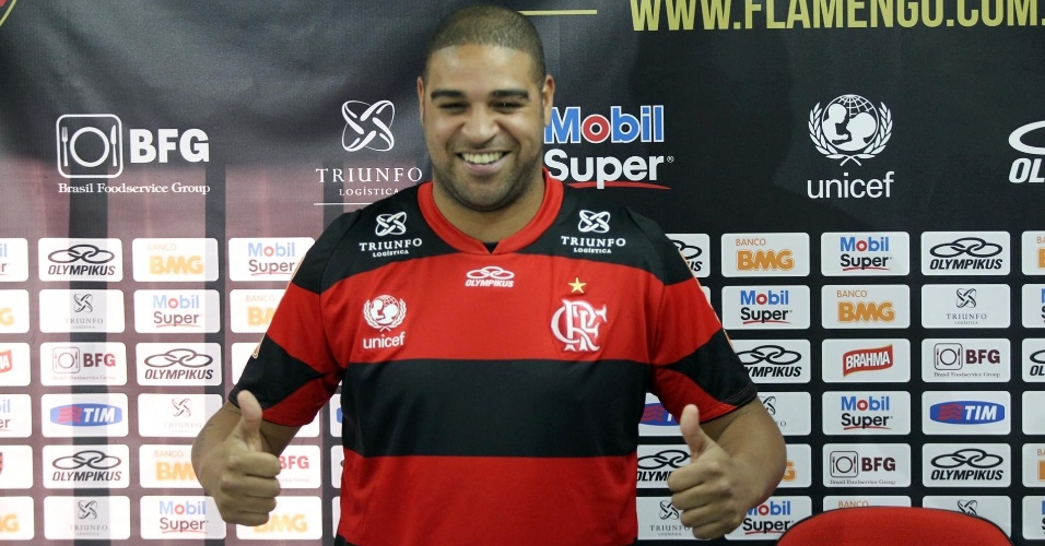 Adriano posa para foto em sua chegada ao Flamengo