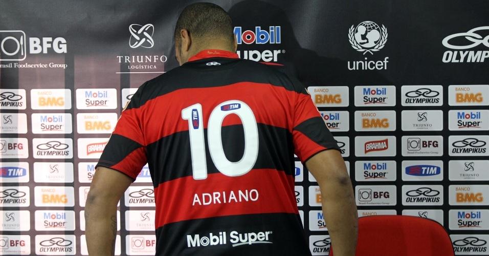 Adriano recebeu a camisa 10 e avisou