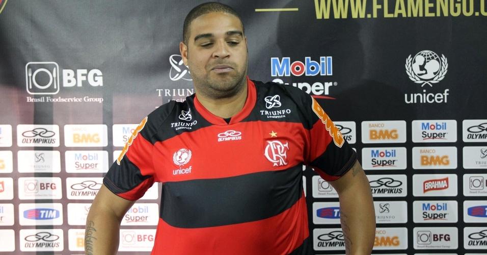 Adriano veste a camisa do Flamengo após entrevista coletiva