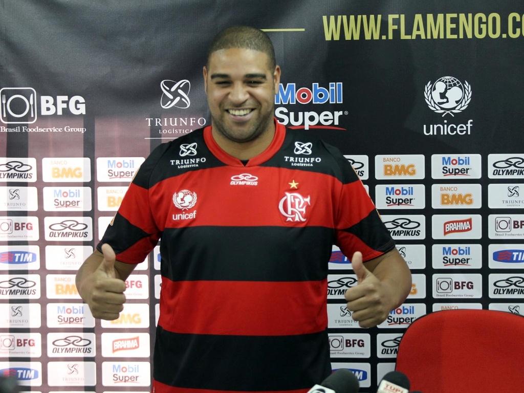 1c2396ed92 Adriano veste a camisa do Flamengo durante apresentação no Ninho do Urubu