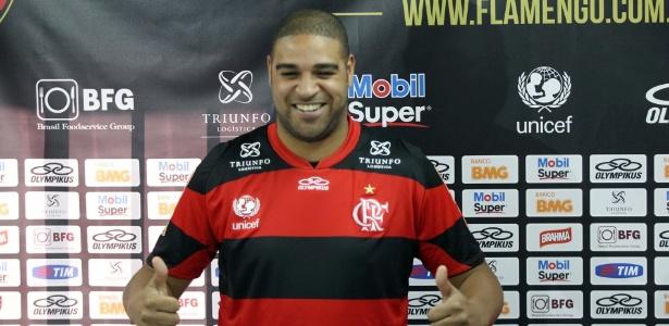 Adriano sorri após vestir camisa do Flamengo durante apresentação no Ninho do Urubu - Bernardo Monteiro/Vipcomm
