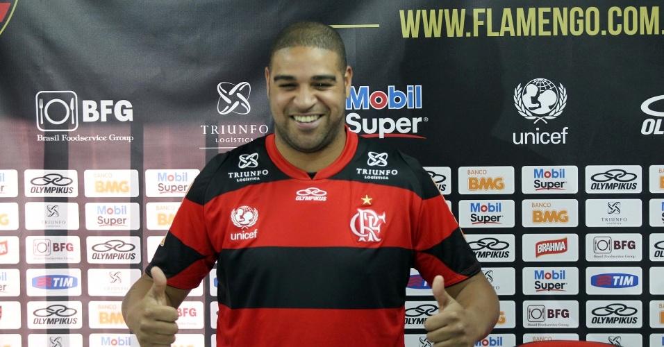 Adriano veste a camisa do Flamengo durante apresentação no Ninho do Urubu