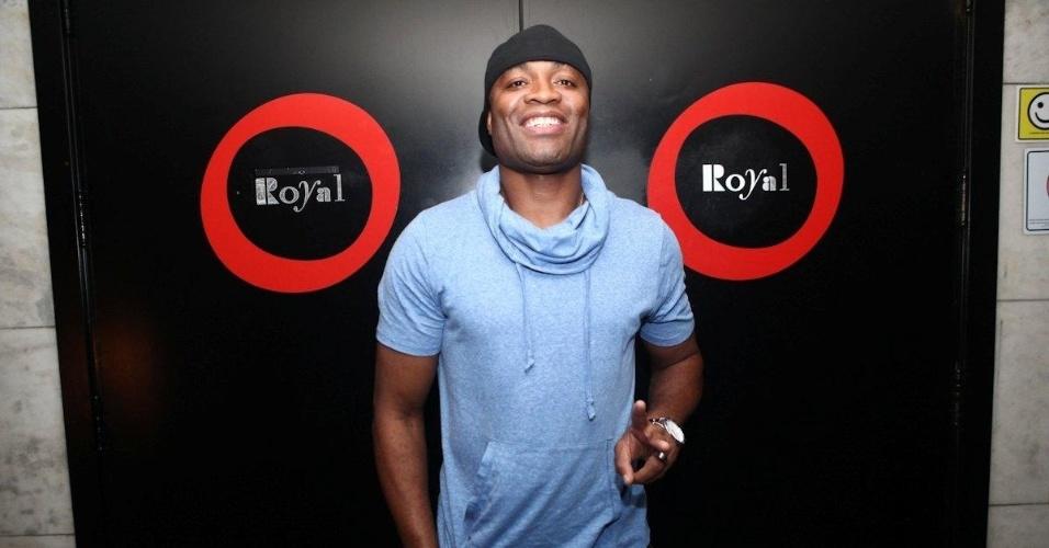 Anderson Silva posa para foto na entrada do clube Royal, do empresário Marcus Buaiz