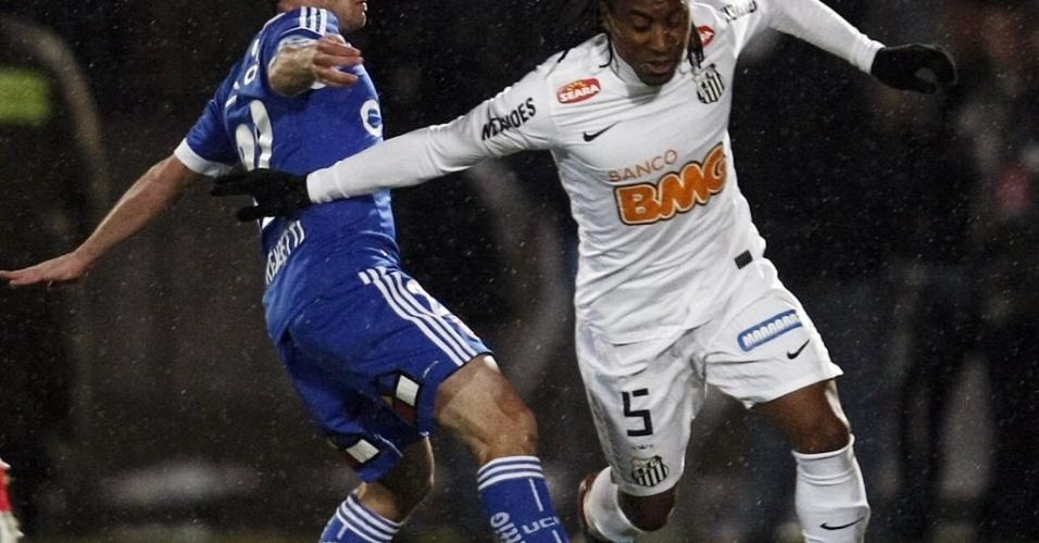 Arouca (dir.) disputa bola com Gustavo Lorenzetti; campo sofre com a chuva