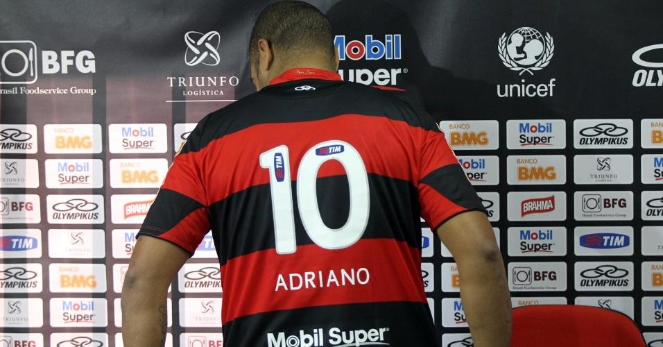 Com o número 10 às costas, Adriano é apresentado e inicia terceira passagem pelo Flamengo
