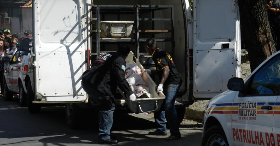 Corpo de Sério Rosa Salles, primo do goleiro Bruno Souza, é retirado pela Polícia Civil de local onde foi assassinado