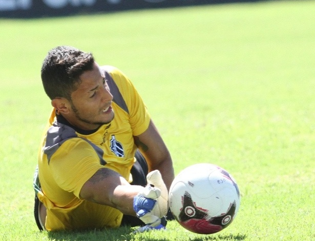 Goleiro Fernando Henrique participa de treino do Ceará