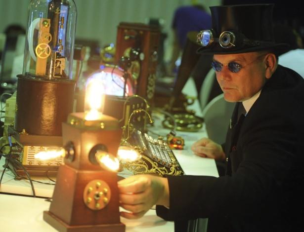 Jochen Enderlein, que se autodenomina ''Horatius Steam'', participam da Campus Party em Berlim, na Alemanha