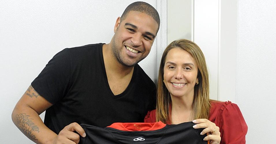 Jogador e presidente do Flamengo posam para foto com a camisa 10, que será do atacante