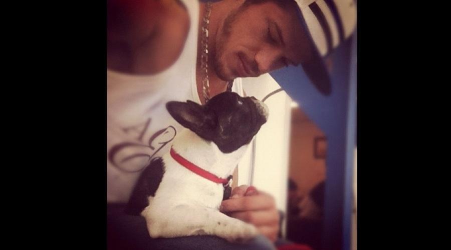 José Loreto recebeu a visita de um cachorro nos bastidores de