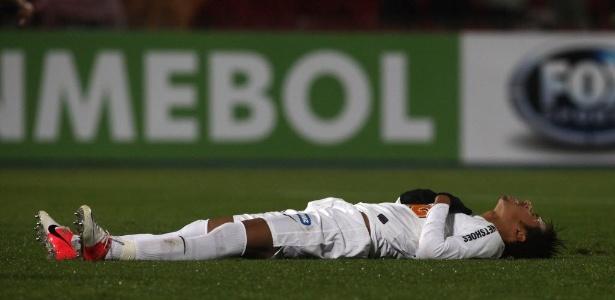 Neymar se joga no chão após bater pênalti bisonho em que a bola subiu muito - Claudio Santana/AFP