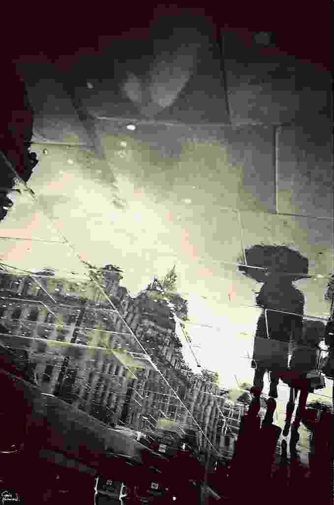 O fotógrafo Gavin Hammond capturou cenas e locais turísticos de Londres em um cenário também típico do país: as poças de água deixadas pela chuva. Acima, Oxford Circus - Gavin Hammond