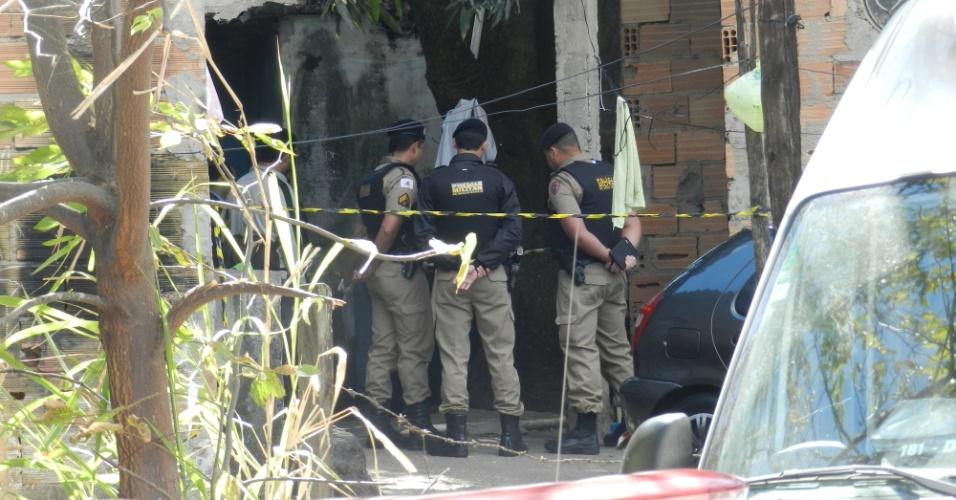 Policiais observam local onde Sérgio Rosa Salles, primo do goleiro Bruno Souza, foi assassinado na manhã desta quarta-feira (22), na rua Aracitaba, no bairro Minaslândia, em Belo Horizonte