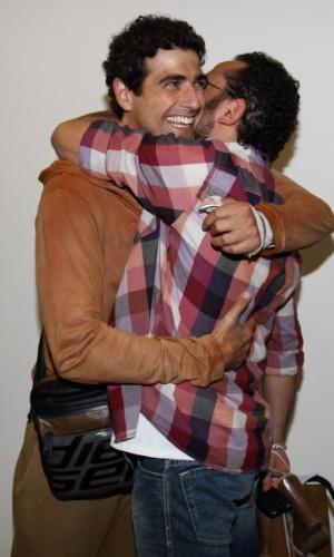 """Reynaldo Gianecchini abraça Isaac Azar nos bastidores da peça """"Amigas, Pero no Mucho"""" em São Paulo (21/8/2012)"""