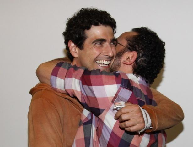 Reynaldo Gianecchini abraça Isaac Azar nos bastidores da peça
