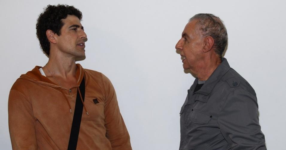 Reynaldo Gianecchini conversa com Elias Andreato nos bastidores da peça