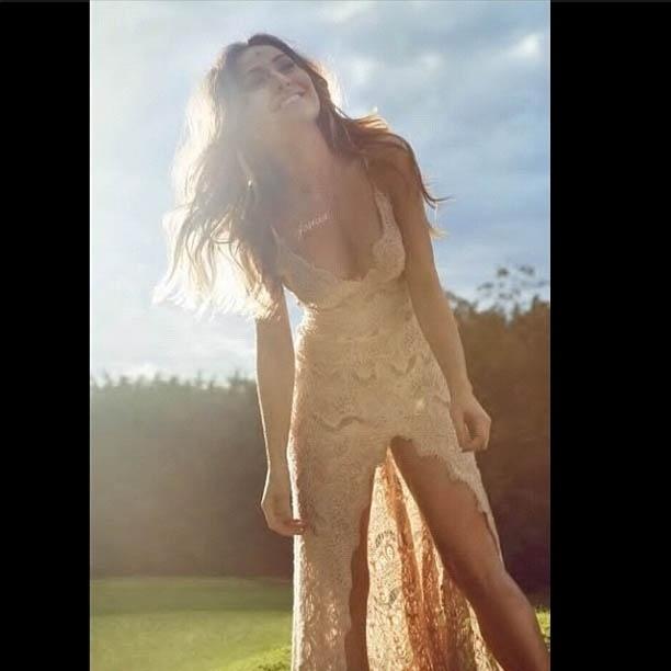Sabrina Sato mostra foto com vestido de renda justo (21/8/2012)