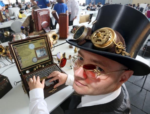 Sven Moller (esq.), que atende pelo apelido de almirante ''Aaron Ravensdale'', mostra notebook que ele mesmo criou ao estilo ''Steampunk''