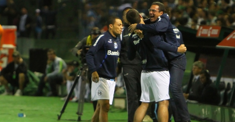 Vanderlei Luxemburgo é abraçado por André Lima em comemoração de gol do Grêmio (22/08/2012)