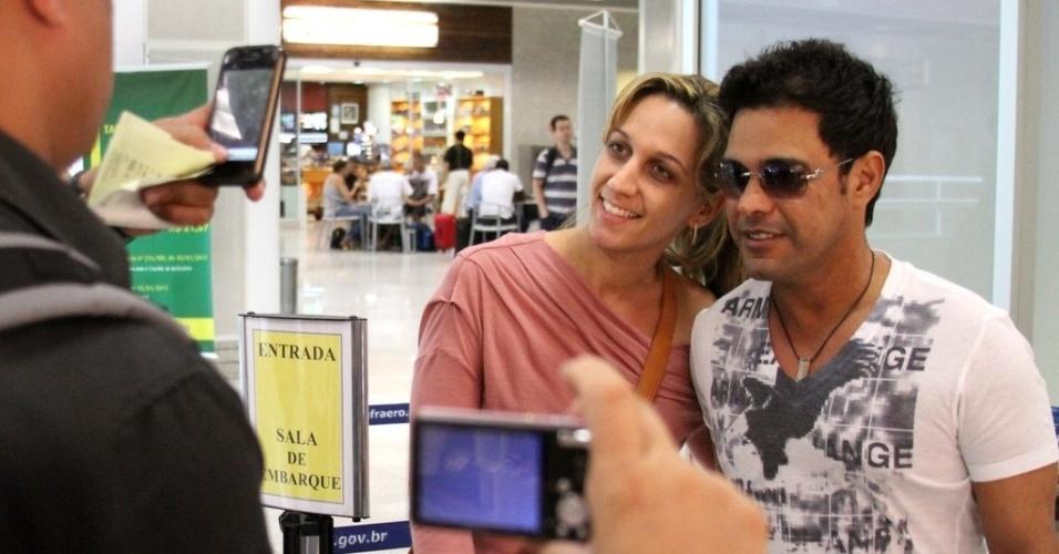 Zezé Di Camargo foi tietado no aeroporto Santos Dumont, centro do Rio (22/8/12)