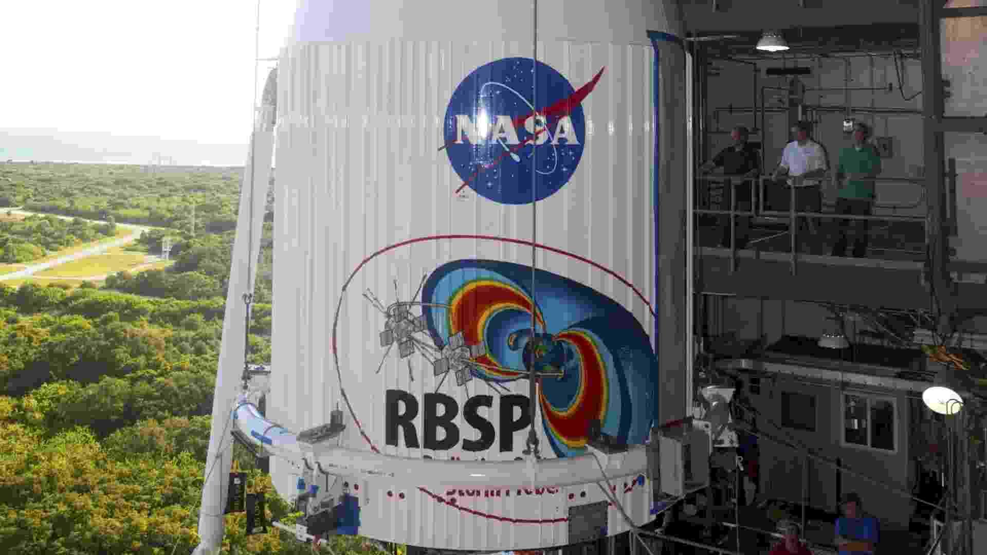 23.ago.2012 - O foguete Atlas V chega à rampa 41 da Estação Cabo Canaveral, na Flórida. Previsto para ser lançado nesta sexta-feira (24), o propulsor carrega sondas que vão estudar a influência do Sol e de seus anéis de radiação sobre a Terra - Dimitri Gerondidakis/Nasa