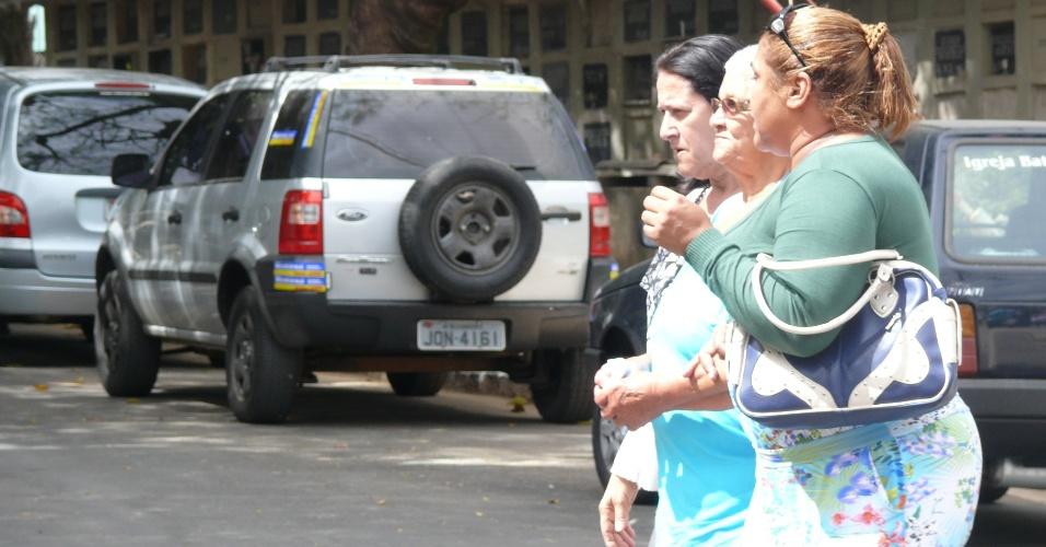 23.ago.2012 - Avó do goleiro Bruno, dona Estela, entre duas amigas, acompanhou velório de Sérgio em Belo Horizonte