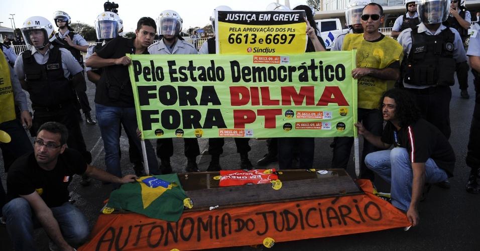 23.ago.2012 - Servidores em greve realizaram um protesto em frente ao Palácio do Planalto, em Brasília, contra o governo